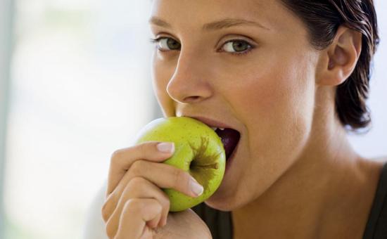Многие любят перекусить яблоком