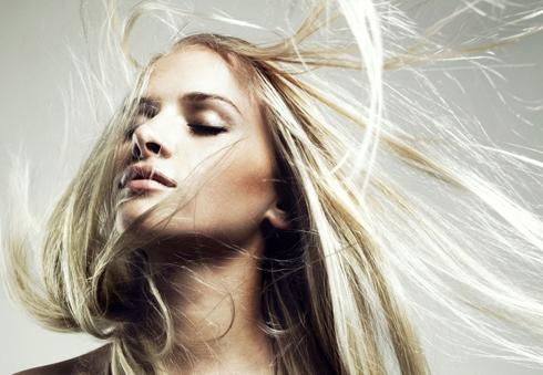 Чтобы волосы не пушились, их нужно увлажнять