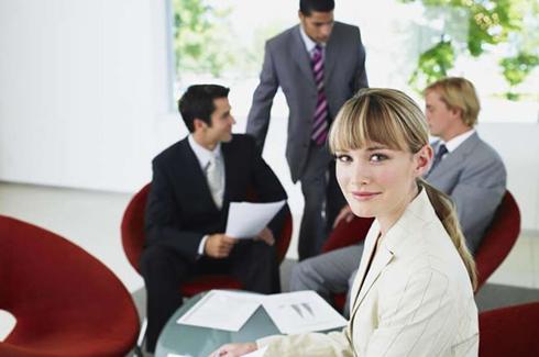 Как женщине работать в мужском коллективе?