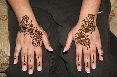 Симметричный рисунок хной на руках