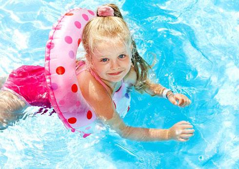 Надувные круги и нарукавники - неотъемлемая часть приучения к воде