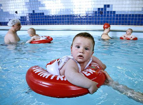 Порой детей приучают к воде еще в младенчестве