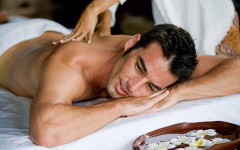 После процедуры массажа нужно отдохнуть около 15 минут под полотенцем