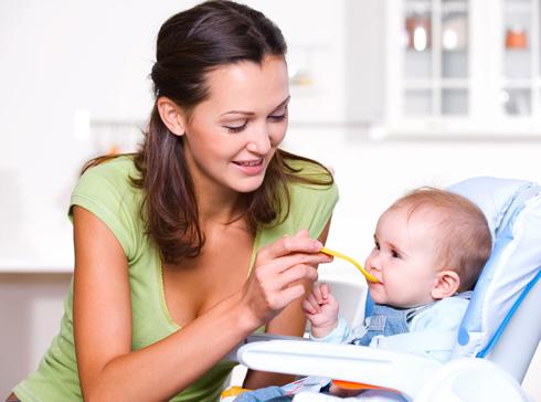 Если ребенок склонен к проявлению аллергии, вводите яичный желток в рацион ребенка с 8 месяцев