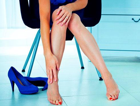 почему отекают ноги у женщин:?