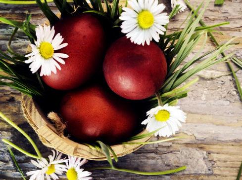 Как покрасить яйца луковой шелухой?