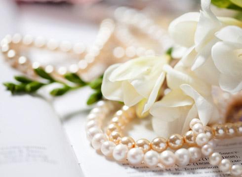 Что подарить на жемчужную свадьбу родителям?
