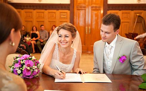 подружка невесты в загсе
