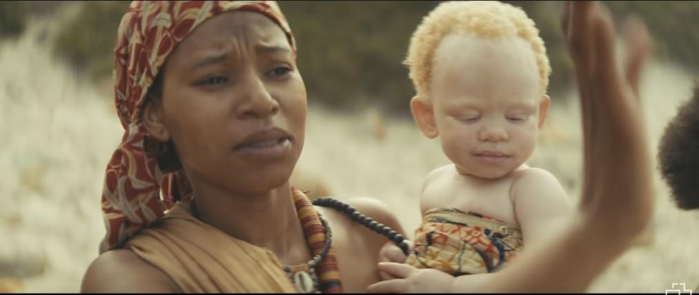 Ребенок альбинос в клипе Иностранец